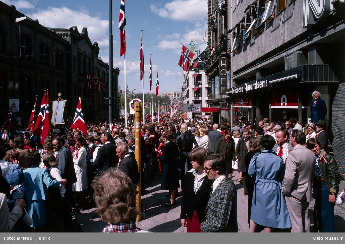 17. mai-feiring, barnetog, barn, flagg, tilskuere, Stortingsbygningen, Grand Hotel, Slottet