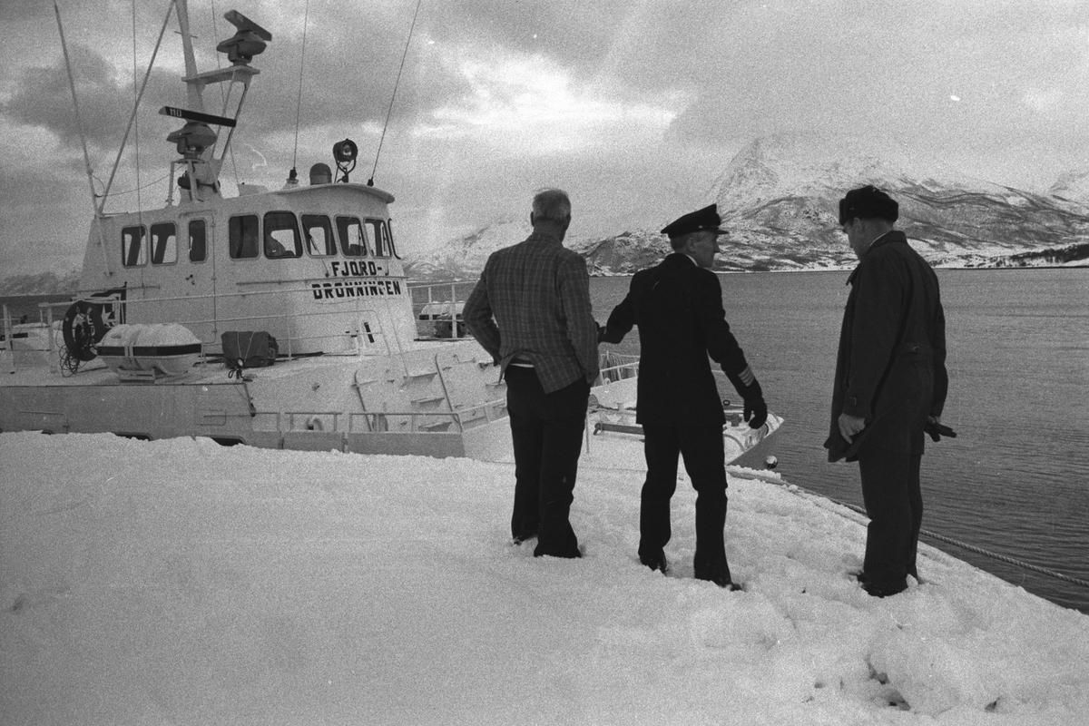 """Tre menn på kaia på Engenes. """"Fjorddronningen"""" i bakgrunnen."""
