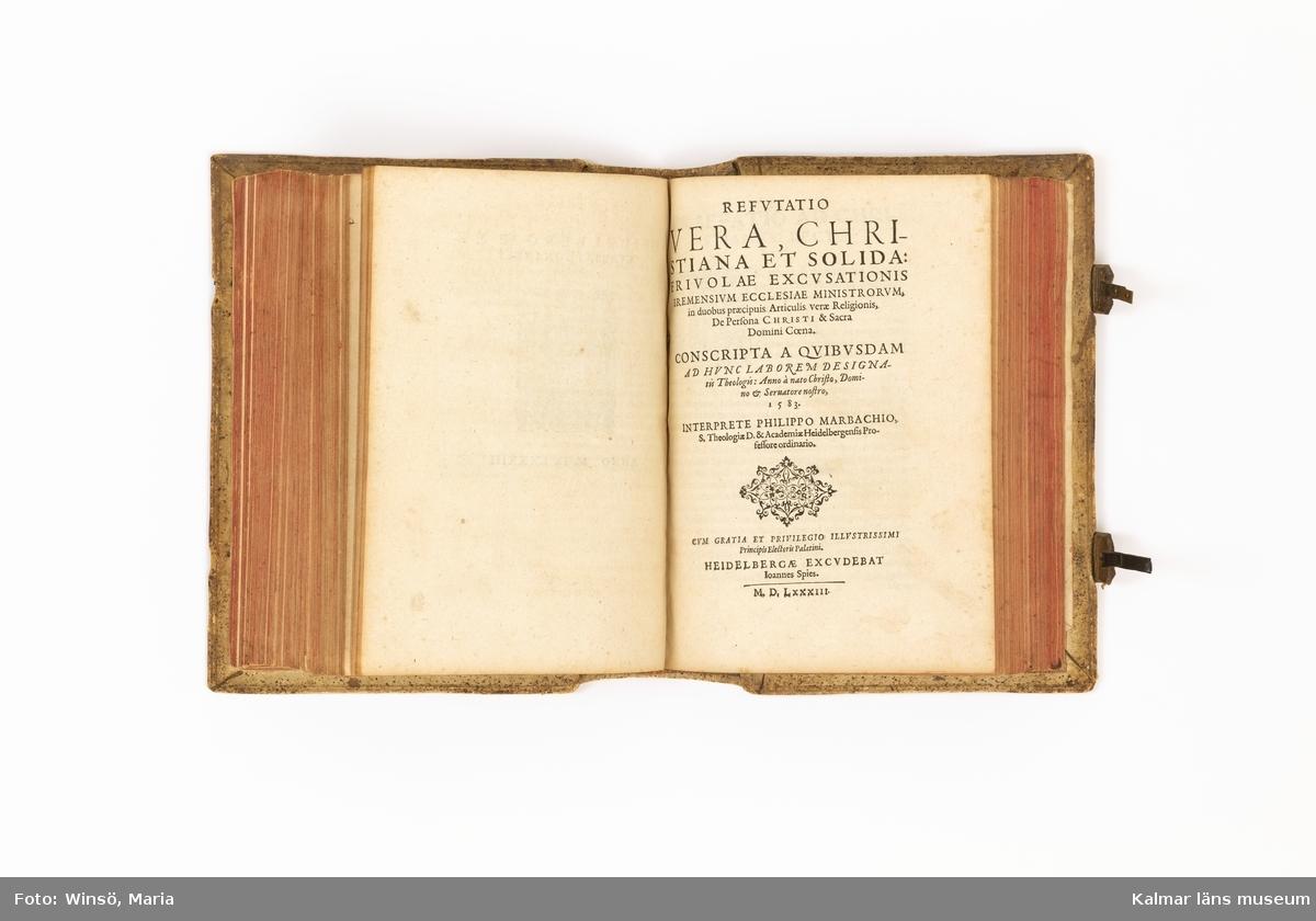 KLM 23672 Bokband, träpärmar klädda med läder, svinläder. Ytan är helt dekorerad med pressade ornament, på pärmen mittfält med Karl V:s bild samt ramverk med porträttmedaljonger, vapensköldar och klassiska småornament. Dekortypen kom i bruk vid 1500-talets mitt. Författad av Philippo Marbachio, titel, Apologia libri Christianae concordiae... Tryckt i Heidelberg 1583 av Joannes Spies, vilkens boktryckarmärke också finns på sista sidan. Bokens förste ägare i Sverige har tecknat sitt namn på titelbladet, Petrüs Jonae A. Anno 91, samt satt sin namnstämpel, rund, med JA.