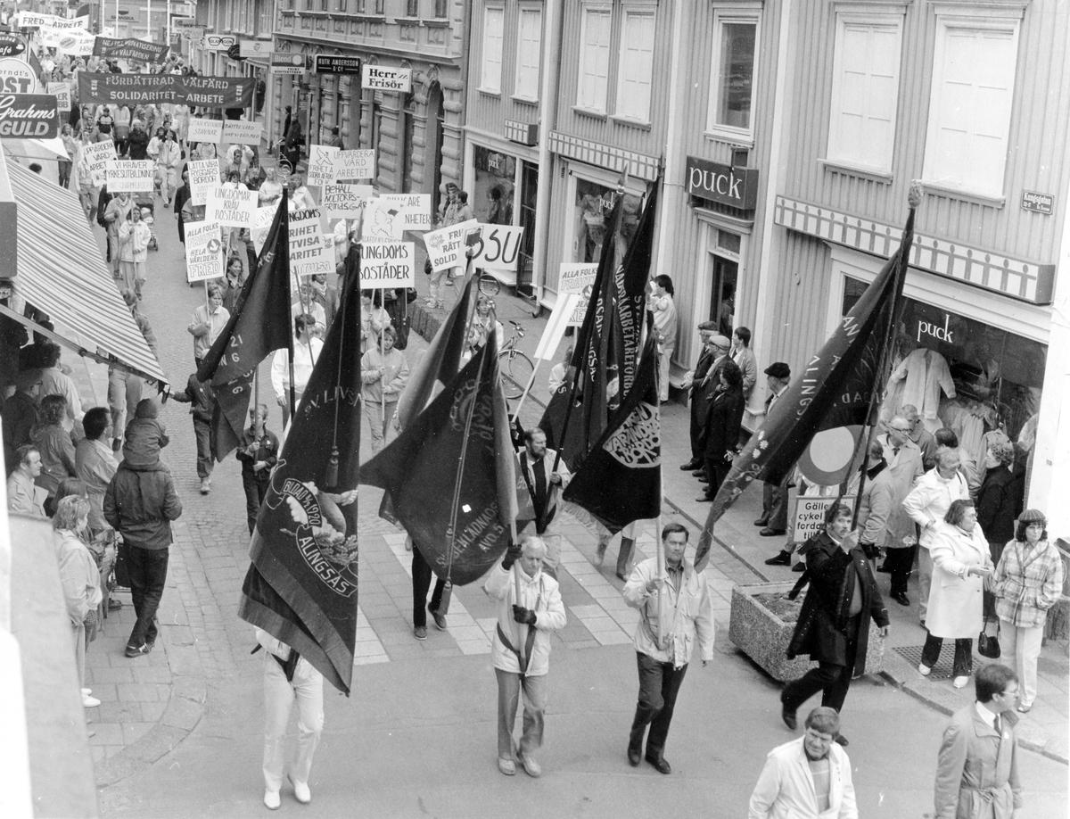 Demonstrationståget den 1:a maj 1986 gåendes på Kungsgatan i Alingsås.