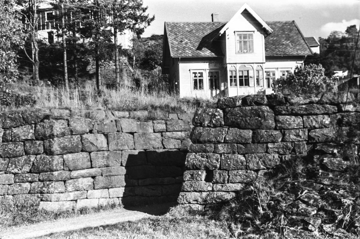 Langs nedlagde Nesttun-Osbanen. Brukara ved nordre enden av Rådal stasjon. Huset på fototet inneheldt ei tid landhandel.