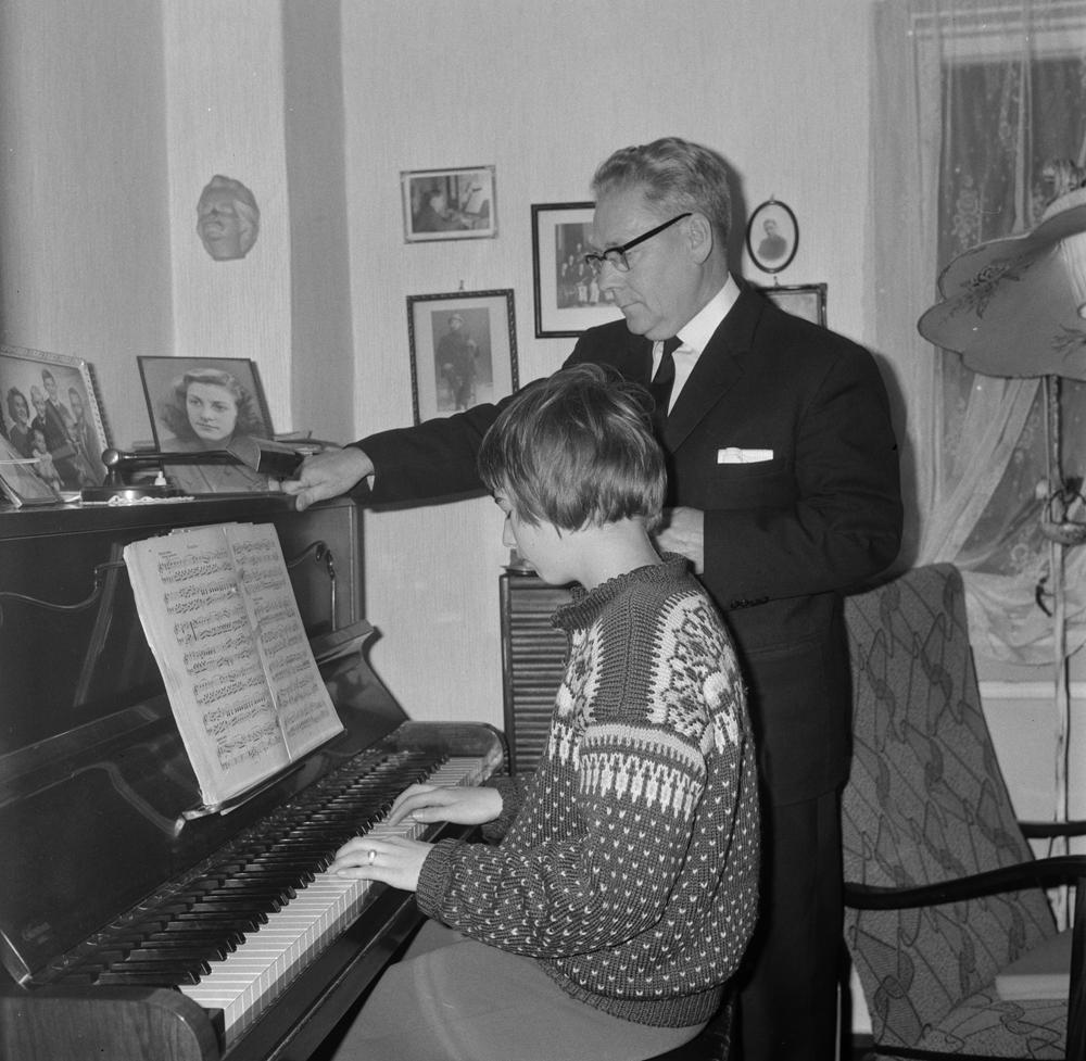 Pianolærer Arvid Tverå med elev.