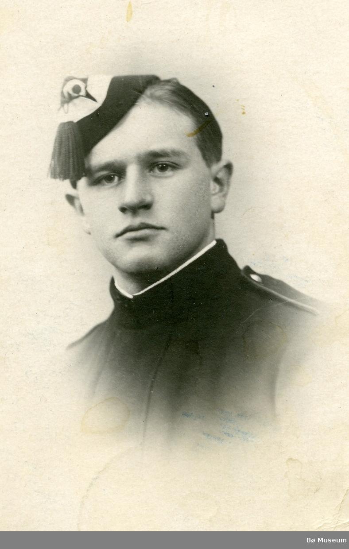 Portrett av Halvor H. Torstveit i gardeuniform (menig)