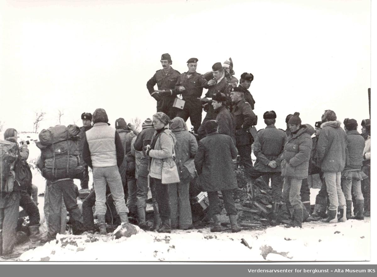 Altasaken. politifolk, demonstranter