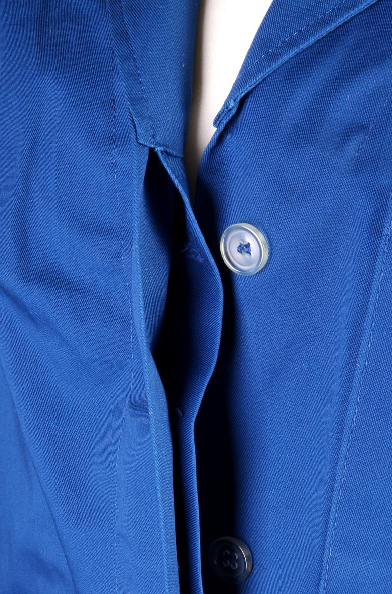 Blå arbeidsfrakk.