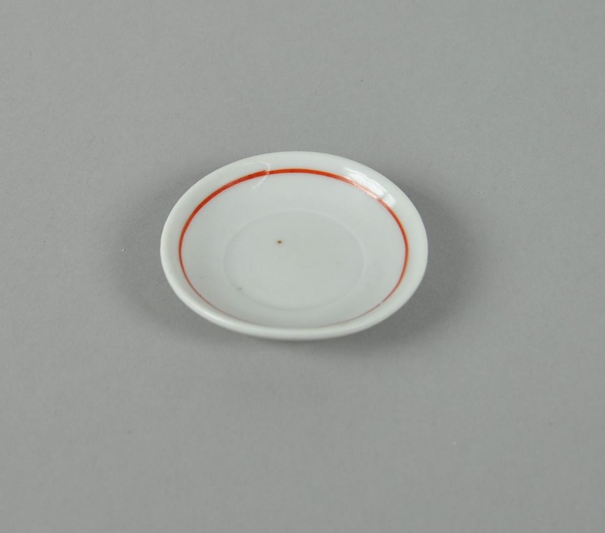 Skål av glassert keramikk. Hvit farge, med dekorativ ring i rødt.
