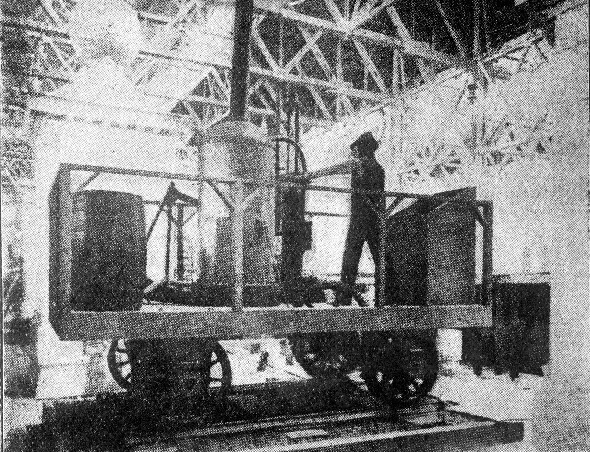 """""""Tom Thumb"""", lok byggt av Peter Cooper 1830 i syfte att övertyga ägarna av Baltimore and Ohio Railroad, B&O, att satsa på ånglok istället för de hästdragna vagnar B&O då använde. Bilden är tagen vid 1904 års Louisiana Purchase Exposition i Forest Park, St. Louis."""