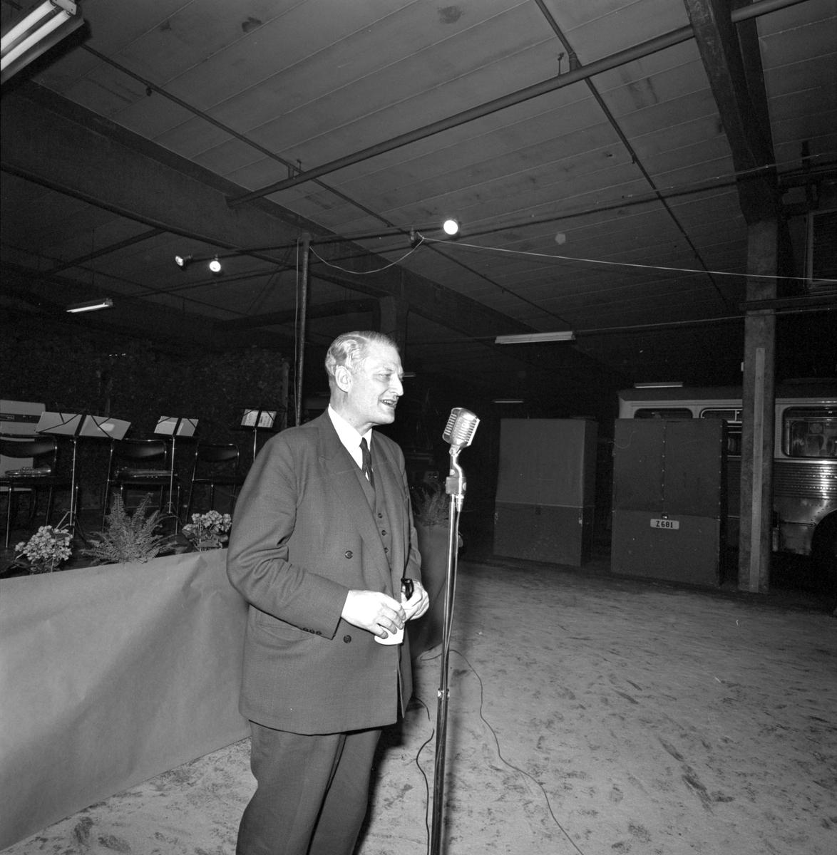 Generaldirektör Erik Upmark talar under middagen i Råstagaraget