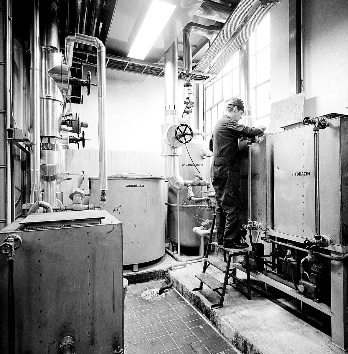 """Statens Järnvägar, SJ, driftverkstad """"Hagalund Övre"""" för underhåll av fjärrgående vagnar och lok. Ångcentral med värmecentral, lokstall med driftverkstad, vattentorn, vagnhall för service med mera. Ångcentral - värmecentral"""