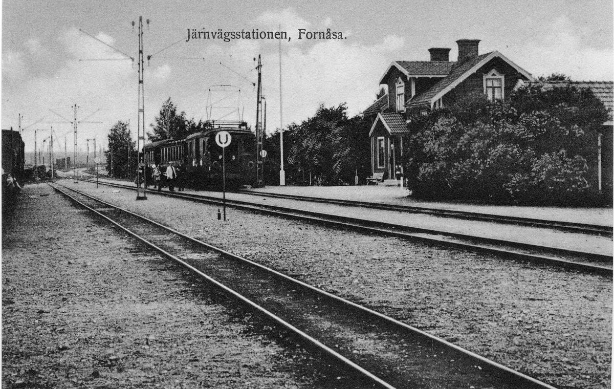 Järnvägsstation i Fornåsa. Stationen anlades 1897. Eldrift på denna bandel kom 1915. Ellok MÖJ motorvagn 5  från ASEA. Vid järnvägsspåret mellan Linköping-Bränninge-Klockrike-Fornåsa-Fågelsta. Nr