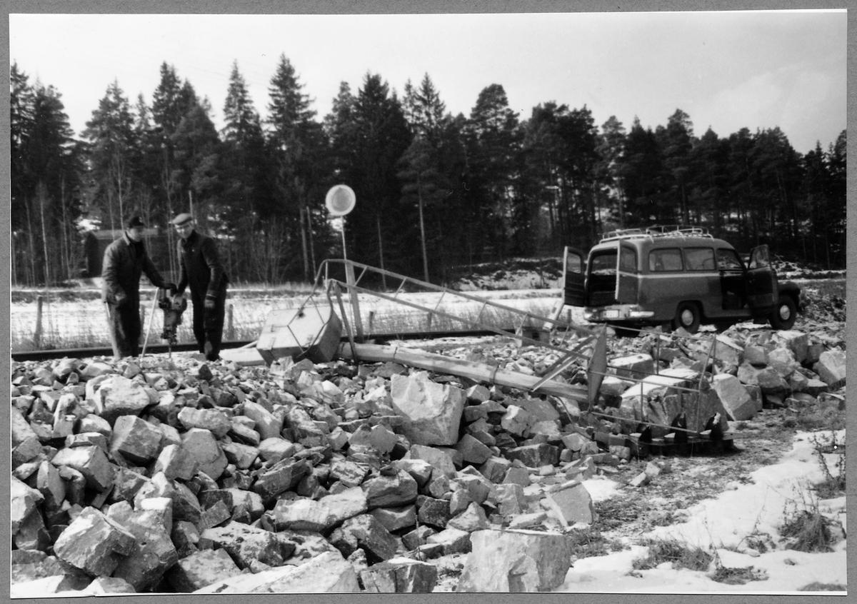 Reparation av infartssignalen vid Almvik efter påkörning av grusbil.