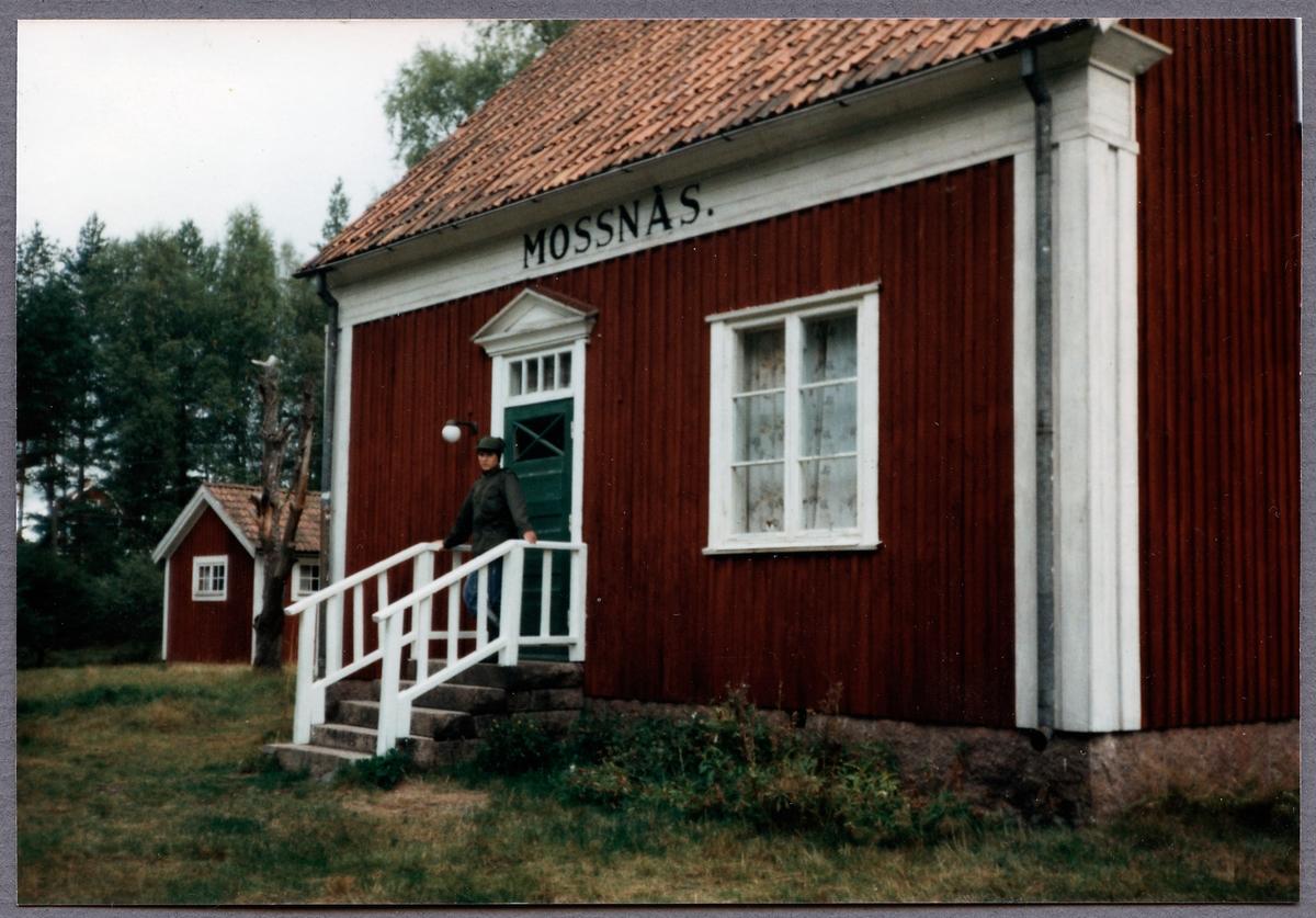 Hållplatsstugan i Mossnäs drygt 40 år efter att Vimmerby - Ydre Järnväg revs.