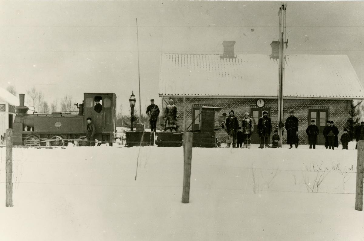 Trafikplats anlagd 1889. Envånings stationshus i tegel, moderniserat på 1930-talet . MMJ 1 eller 2