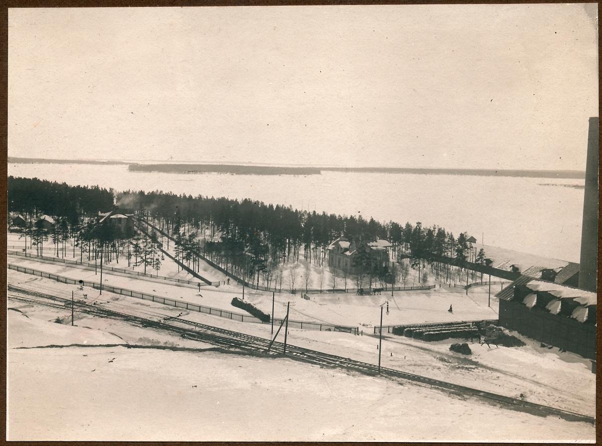 Utsikt från Svartöberget. Järnvägsstation på Svartön vid Luleå station. Redan 1883  började anläggningsarbeten på Svartön vid Luleå för järnvägen Luleå Gällivare - Luossavaara - Victoriahamn. Det tog nästan 6 år innan det första malmtåget kom ned till Luleå 1888. Banan byggdes av Sverige & Norge Järnväg. Fark 5 nr.26.