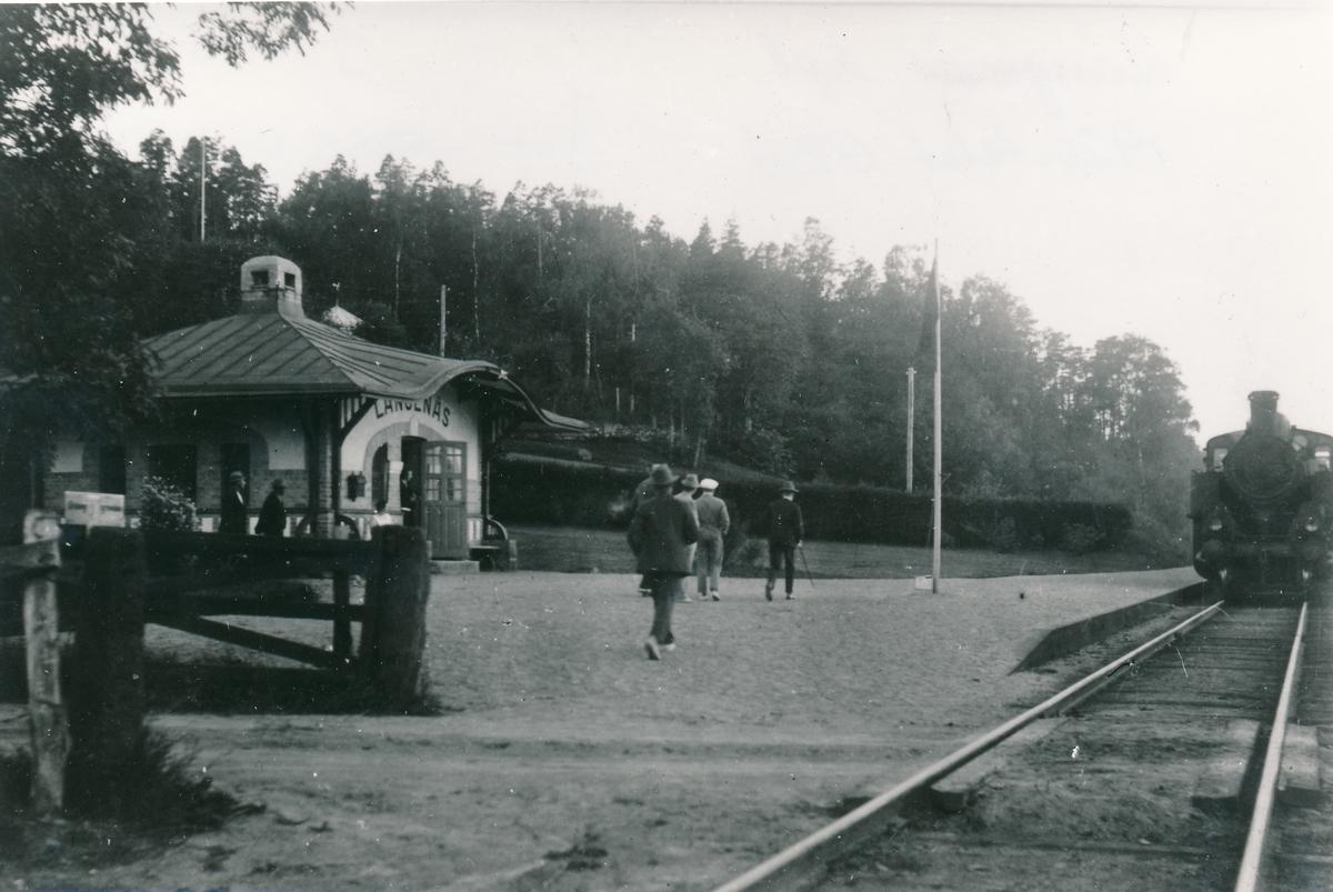 Hållplats vid Landvettersjön, anlagd 1906. Envånings stationspaviljong,   väntsalsbyggnad, ritad av arkitekt Folcke.
