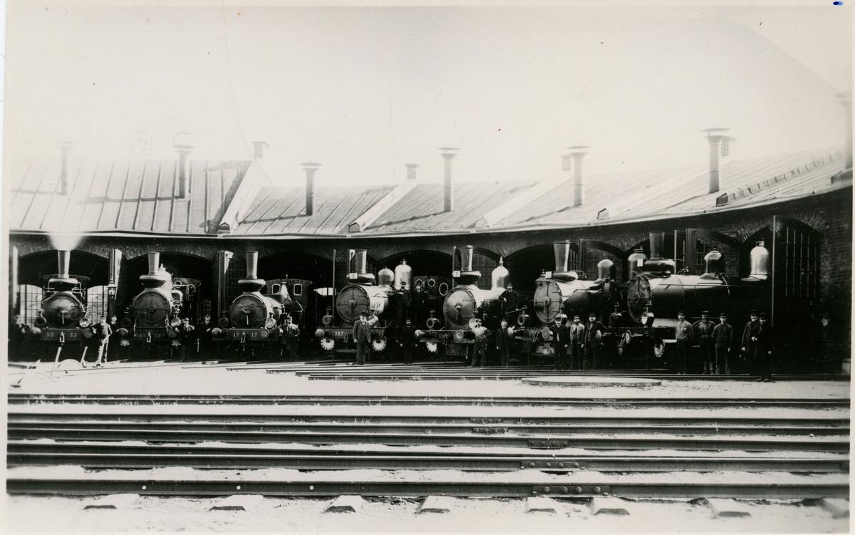 """Motala verkstad. Fältmanövern 1899. Från vänster SJ B 53 Forsete, SJ Da 347, SJ Kd 397, SJ I 118 """"Hilding"""",  SJ Kd2 451, SJ Kd 389."""