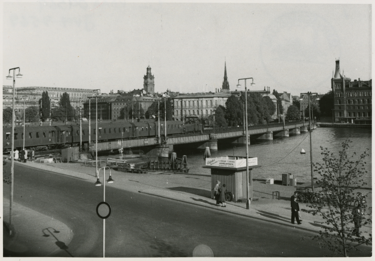 Stockholm, utsikt över Centralbron, Kungliga slottet i bakgrunden. Linjen mellan Stockholms C och Riddarholmen.