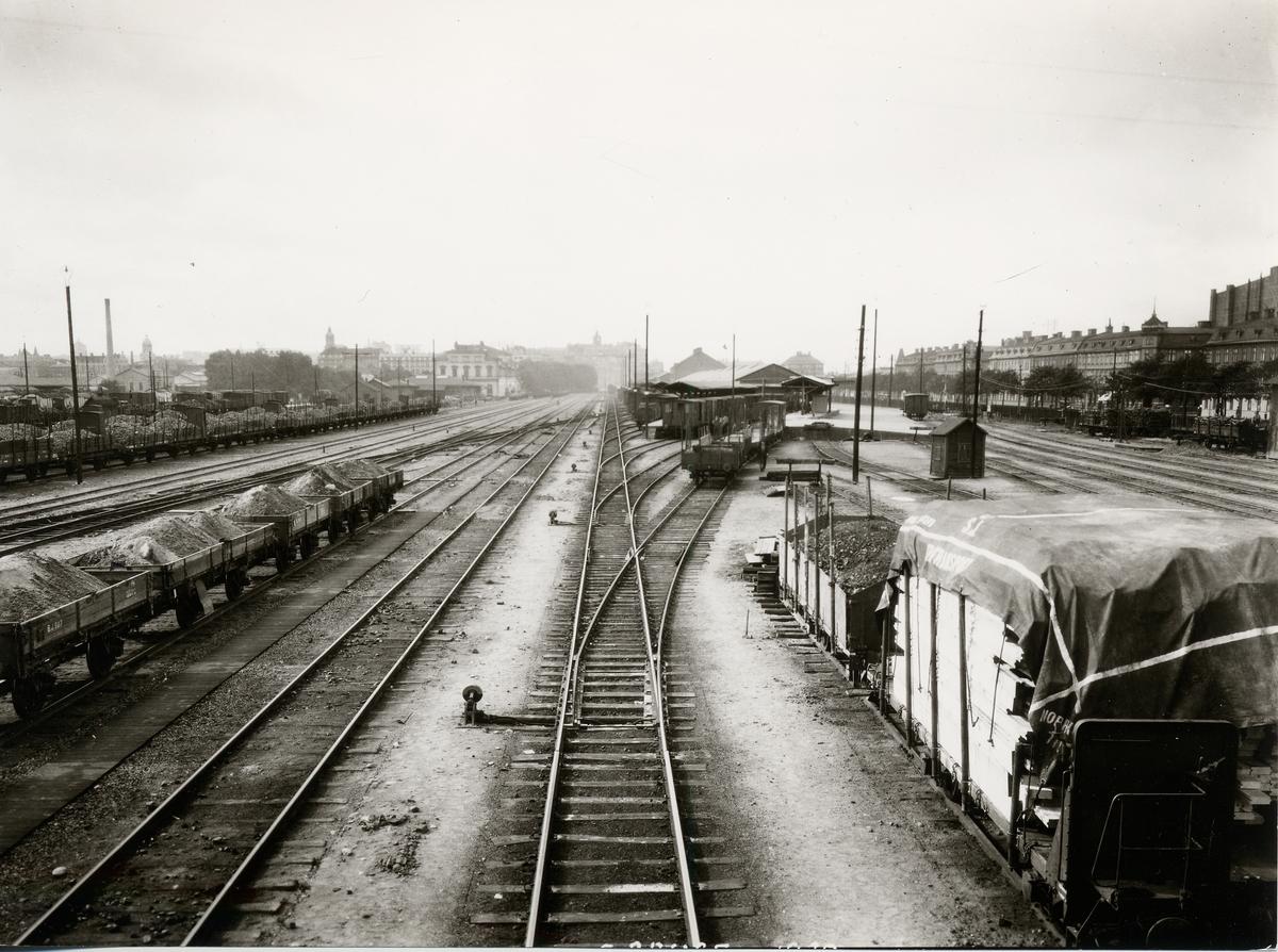 Bangård vid Bergslagernas Järnväg station som syns längre fram till vänster.