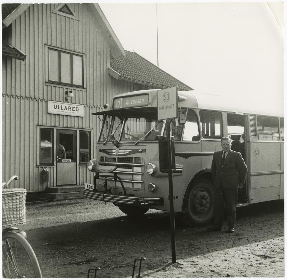 Ullared station 1959 från vägen med SJ buss, registreringsnummer N283, och förare.
