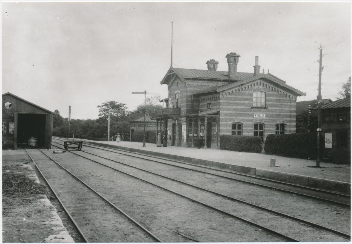 Stationen öppnad 1865. En- och enhalvvånings stationshus i tegel. Huset ritades av arkitekten C Adelsköld. Godstrafiken nedlagd 1990.