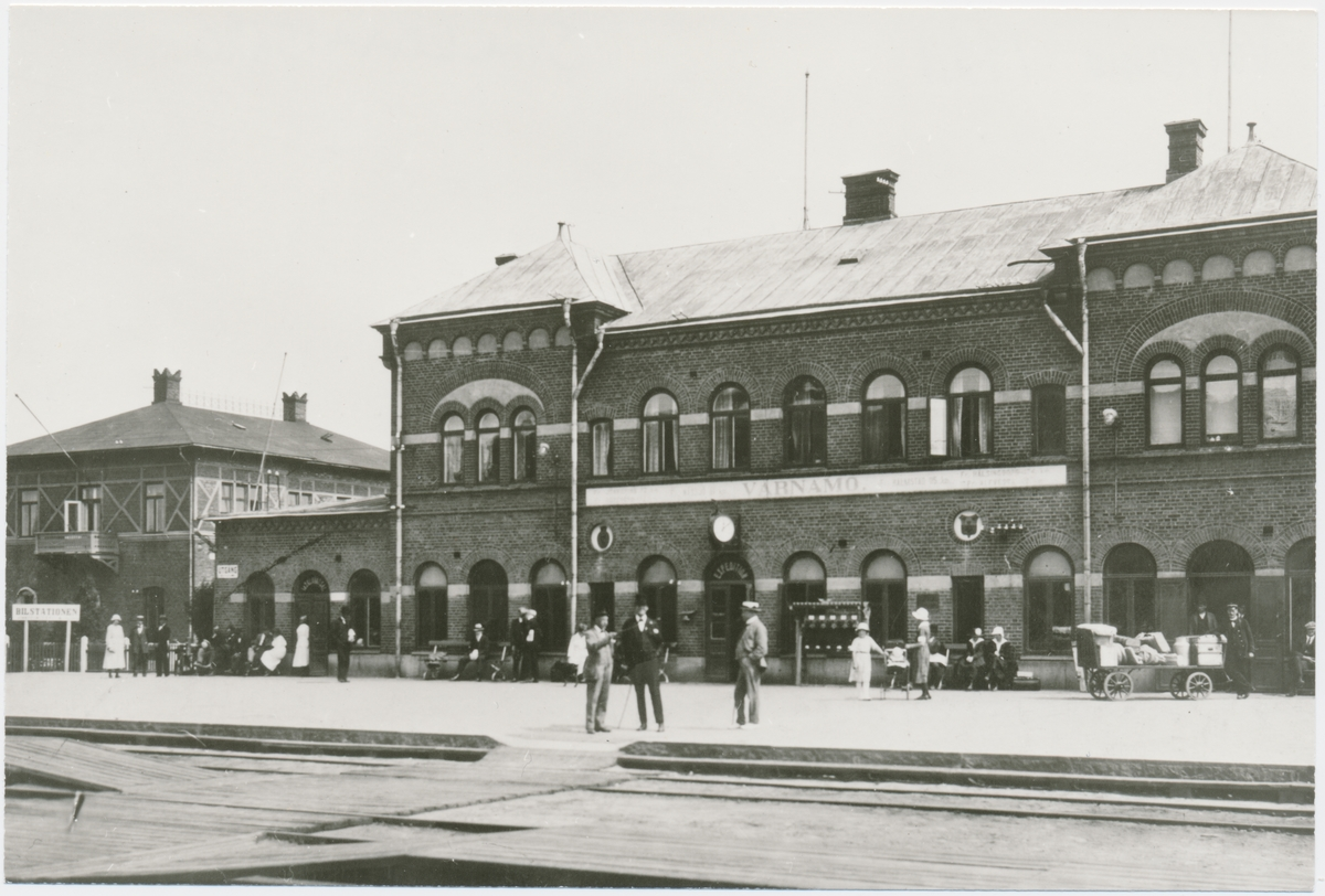 Värnamo station.Halmstad-Nässjö Järnväg, HNJ. Första stationshuset byggdes 1877 och revs 1995 för att det stod i vägen för en planerad  vägkorsning. Första lokstallet byggdes 1875 men revs 1894 och ett nytt byggdes på annan plats på bangården. Ett nytt stationshus byggdes 1899 av Skånes-Smålands Järnväg, SSJ men byggnaden användes aldrig som järnvägsstation då SSj och HNJ enades om att använda HNJ station. 1902 byggdes ett nytt gemensamt stationshus vid godsmagasinet. 1903 anslöts Borås- Alvesta, BAJ hit och då byggdes ett nytt godsmagasin som  bekostades av BAJ. Detta magasin tillbyggdes 1918 och 1935. HNJs gamla stationshus flyttades 1902 och blev bostads- och överliggningshus.
