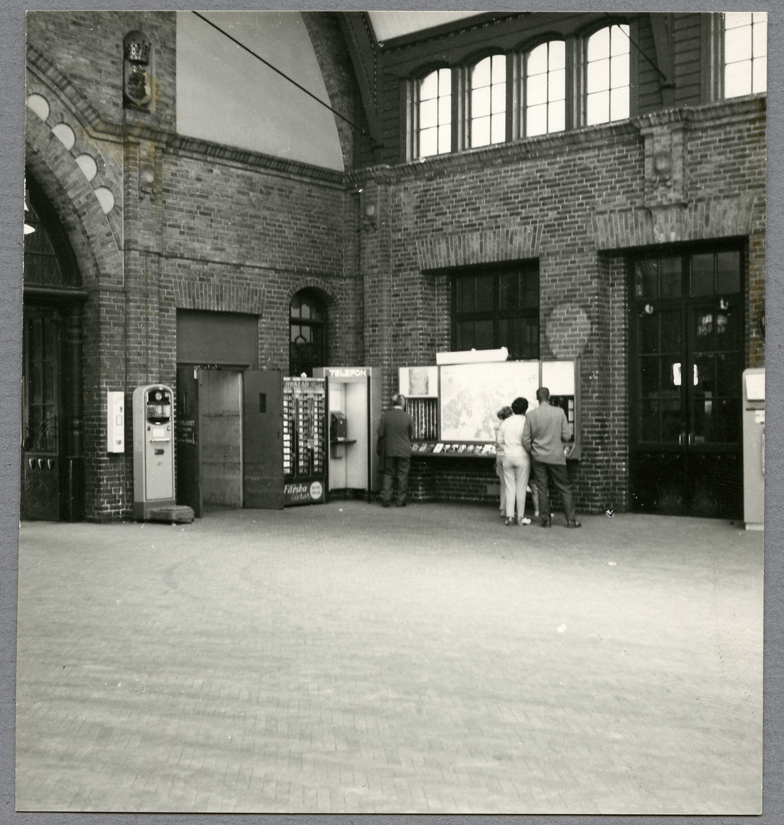Telefon och informationsplats på Malmö Centralstation.