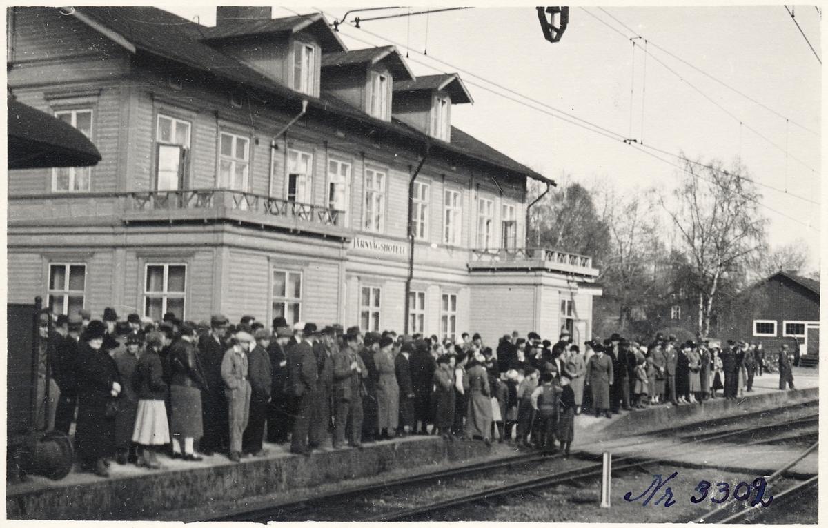 Resande framför järnvägshotellet.