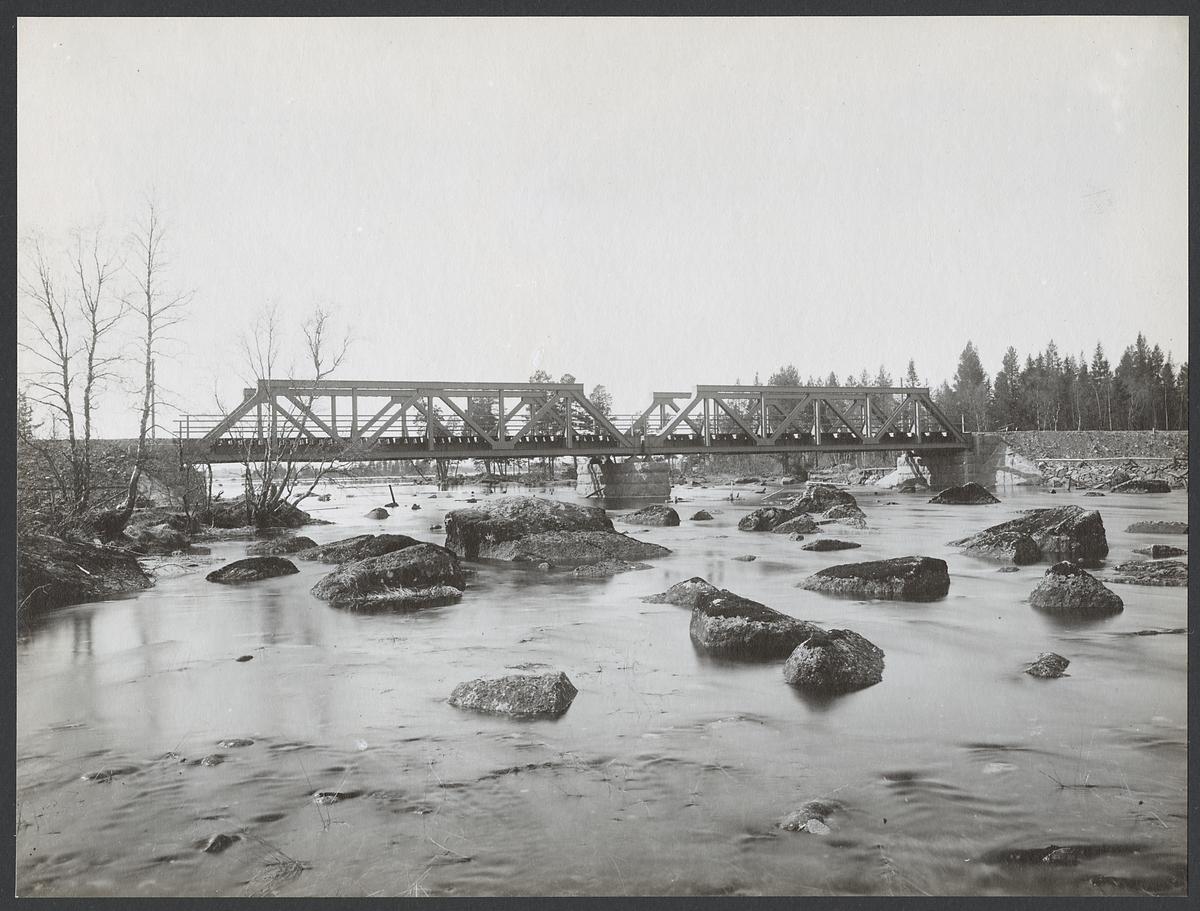Bro över Faxälven, gren 2, söder om Ulriksfors på linjen mellan Östersund och Ulriksfors.