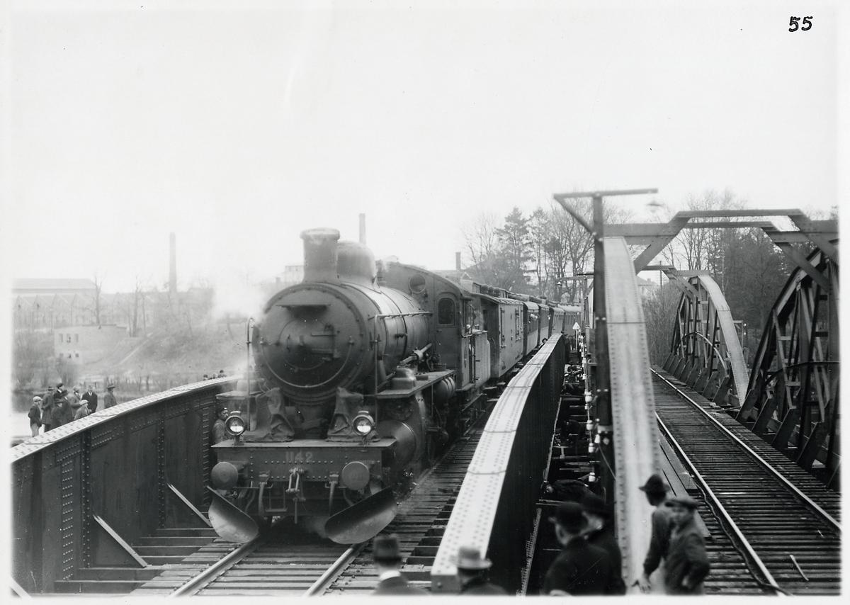 Byte till ny bro över Nissan i Halmstad. Statens Järnvägar, SJ B 1142. Enligt normalplanen tidtabell 1 1927 var tågets  sammansättningen: lok, D01, BC07, C0 (NSB eller DJ), AB03a (SJ eller NSB), BC0 (BJ eller DJ), Bp (BJ), CF02. TT.
