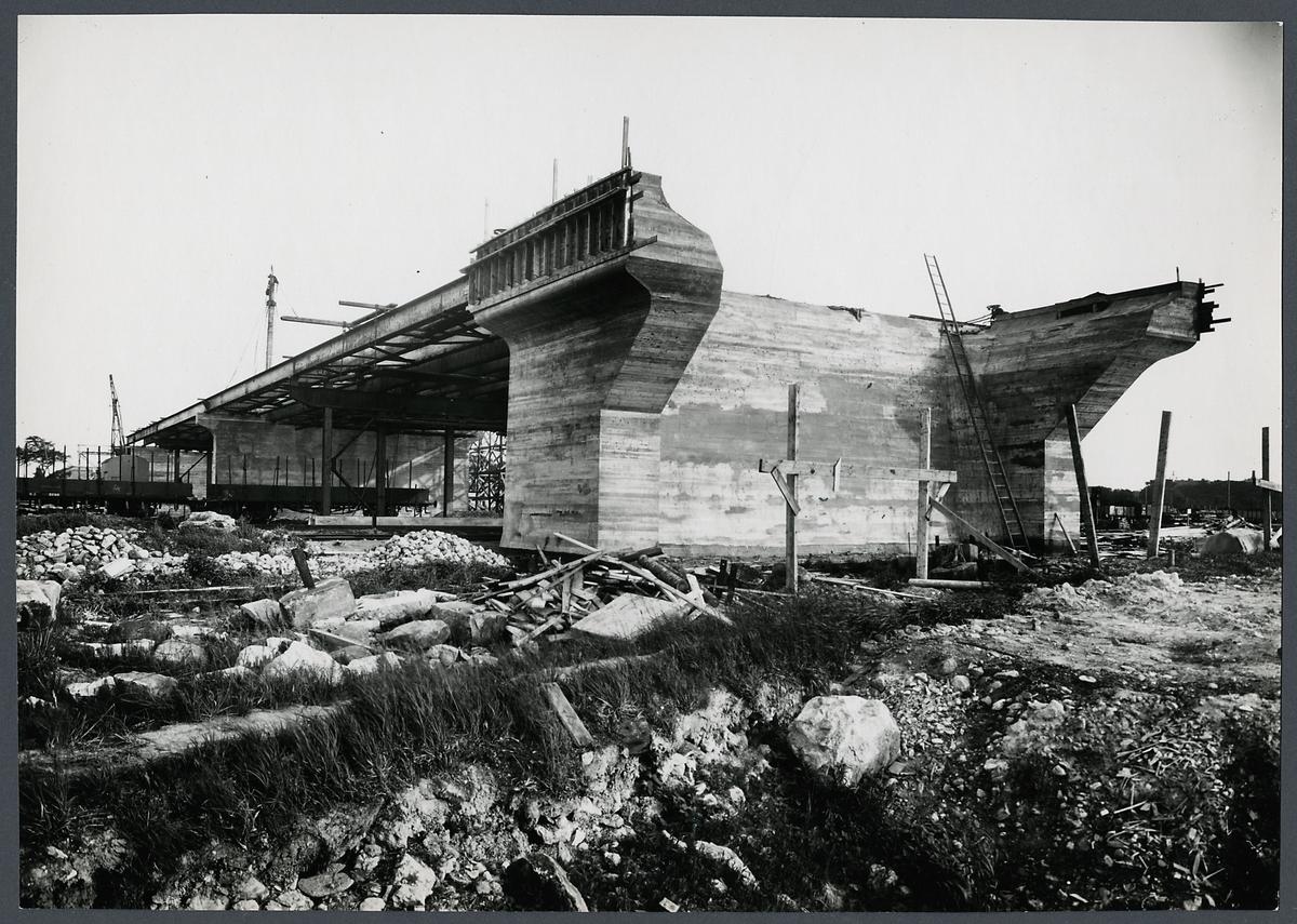 Byggnation av Sjölundaviadukten, norra landfästet samt pelare 5, 4, 3 och 2.