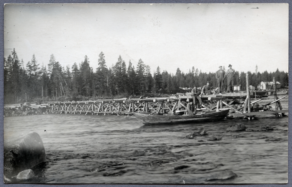 Provisorisk transportbro över Skellefteälven vid Slagnäs på linjen mellan Sorsele och Arvidsjaur.