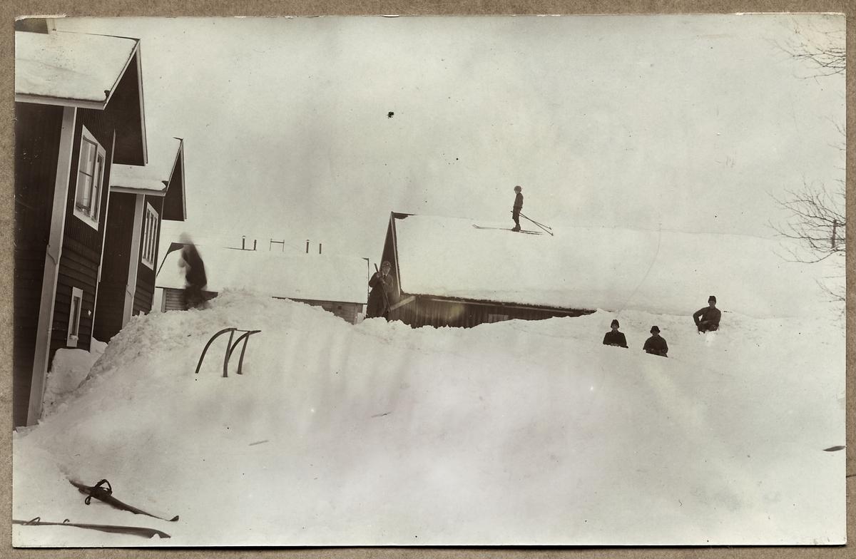 Snöskottning och skidåkning vid Storlien.