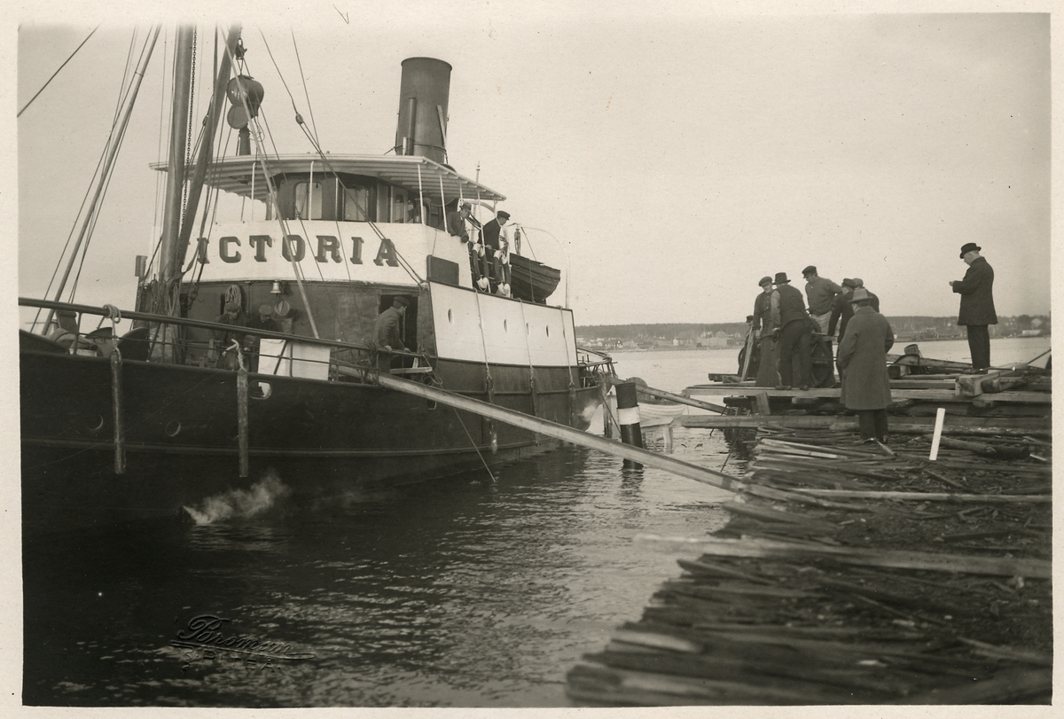 """Bärgning av ångbåten """"Lövholmen"""", med hjälp av ångbogseraren """"Victoria."""