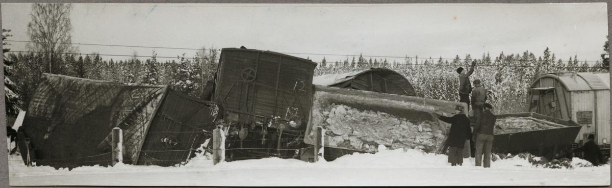 Tågolycka där bland annat Statens Järnvägar, SJ H 27697 är inblandad.