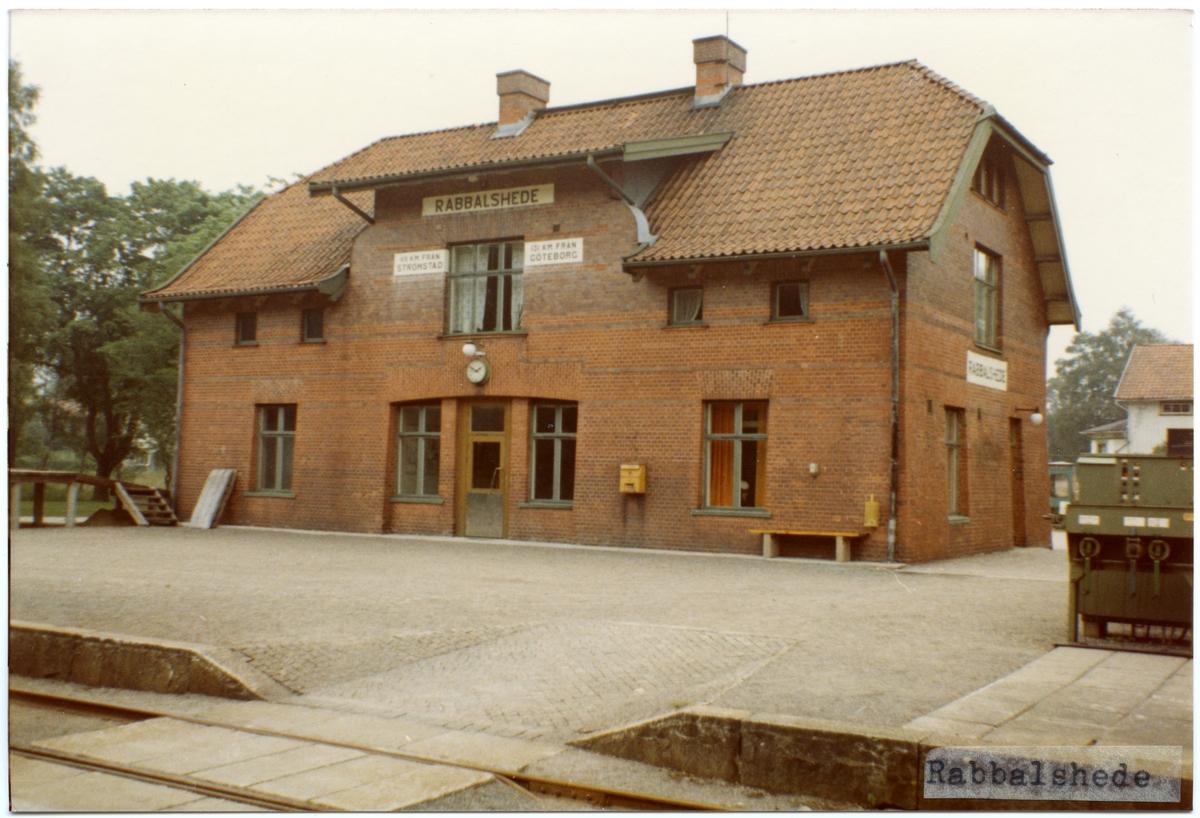 Trafikplats anlagd 1903. Stationshus i två våningar i sten. Expeditionslokaler och väntsal renoverade 1947 och ett år senare ombyggdes och utvidgades bangården.