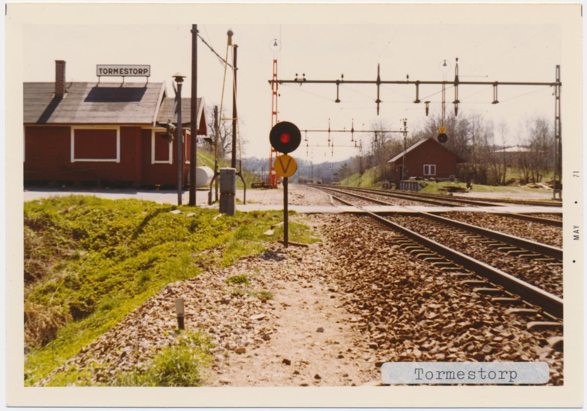 Tormestorp station 7/5 1971.Statens Järnvägar, SJ. Stationen öppnades 1858. Var hållplats till 1960. Stationshuset byggdes 1960. Banan elektrifierades 1933. Banan lades ner 1968.