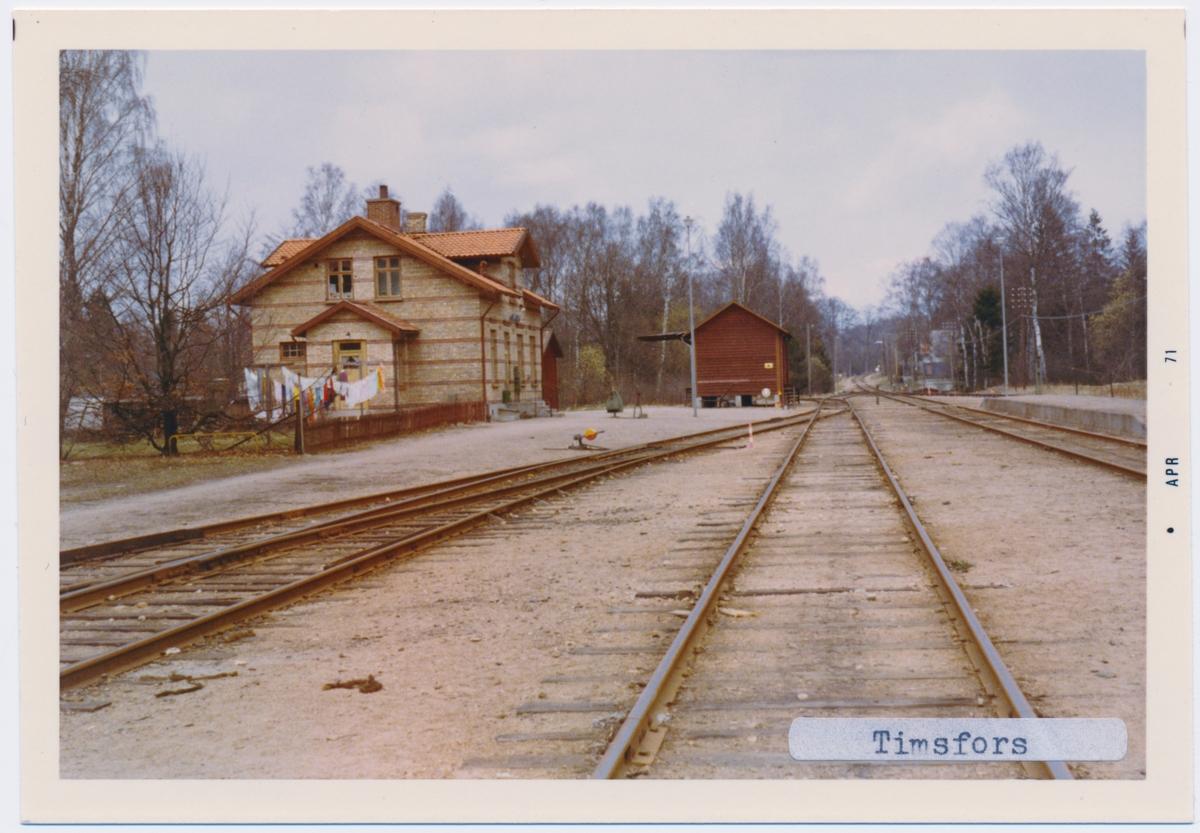 Station anlagd 1897. En- och enhalvvånings stationshus i tegel. Persontrafik nedlagd 1968-05-12. År 1930 till SJ, År 1935 elektrifierades banan.
