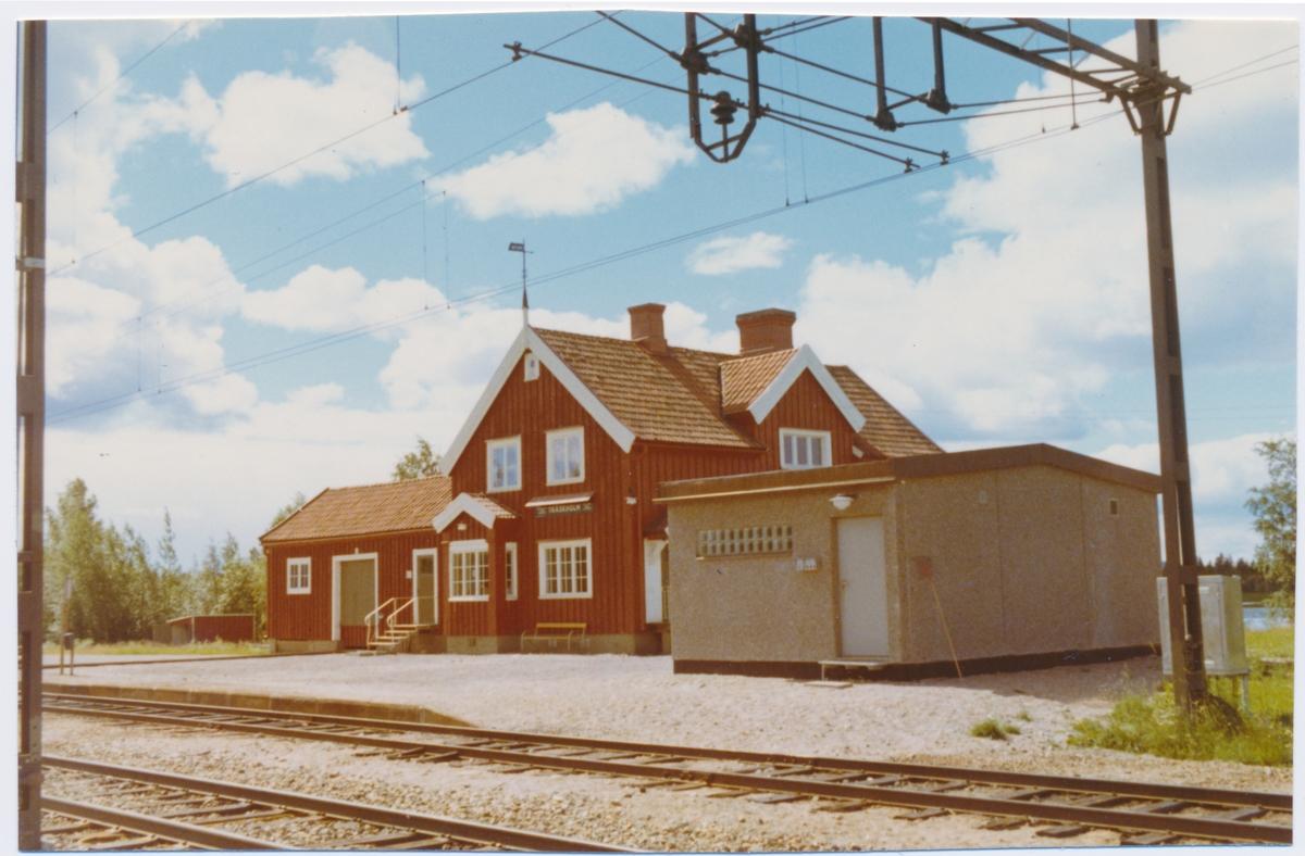Stationshus i trä, sammanbyggt med godsmagasinet. Bygggår 1919