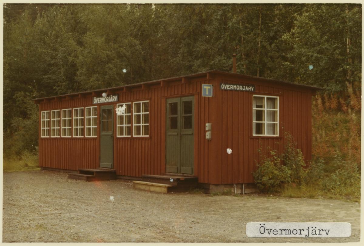 Hållplats anlagd 1947. Liten byggnad i trä