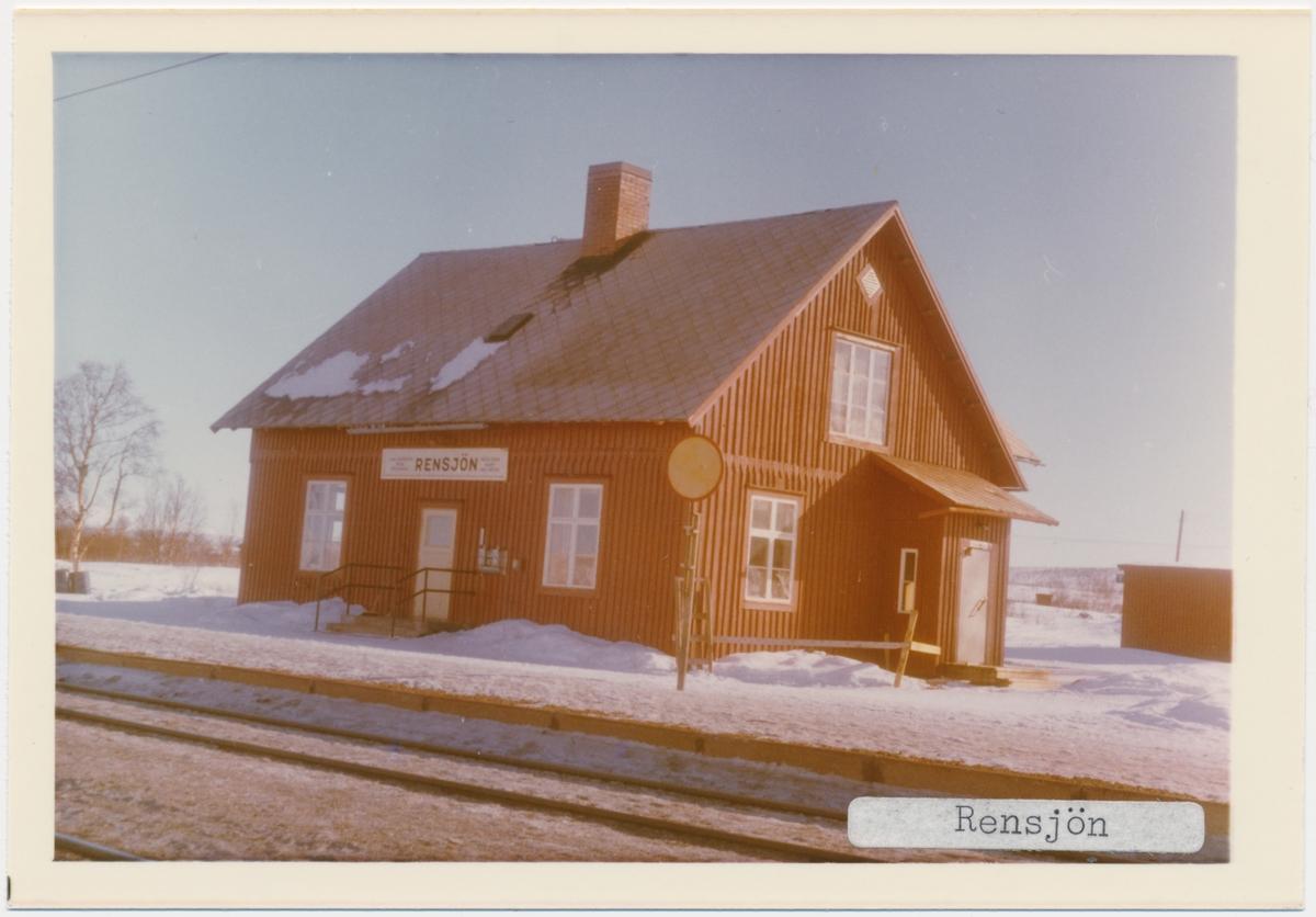 Vy vid Rensjön. Trafikplats anlagd 1908. Envånings stationshus i trä. Elektrifiering 1915.