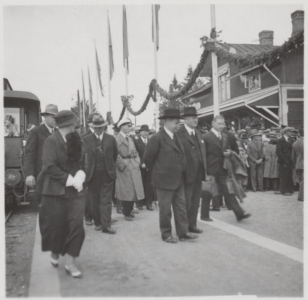 Invigningståget för Statsbanan Malung-Vansbro har just anlänt till stationen. I mitten av bilden ses Landshövding Bernhard Eriksson.