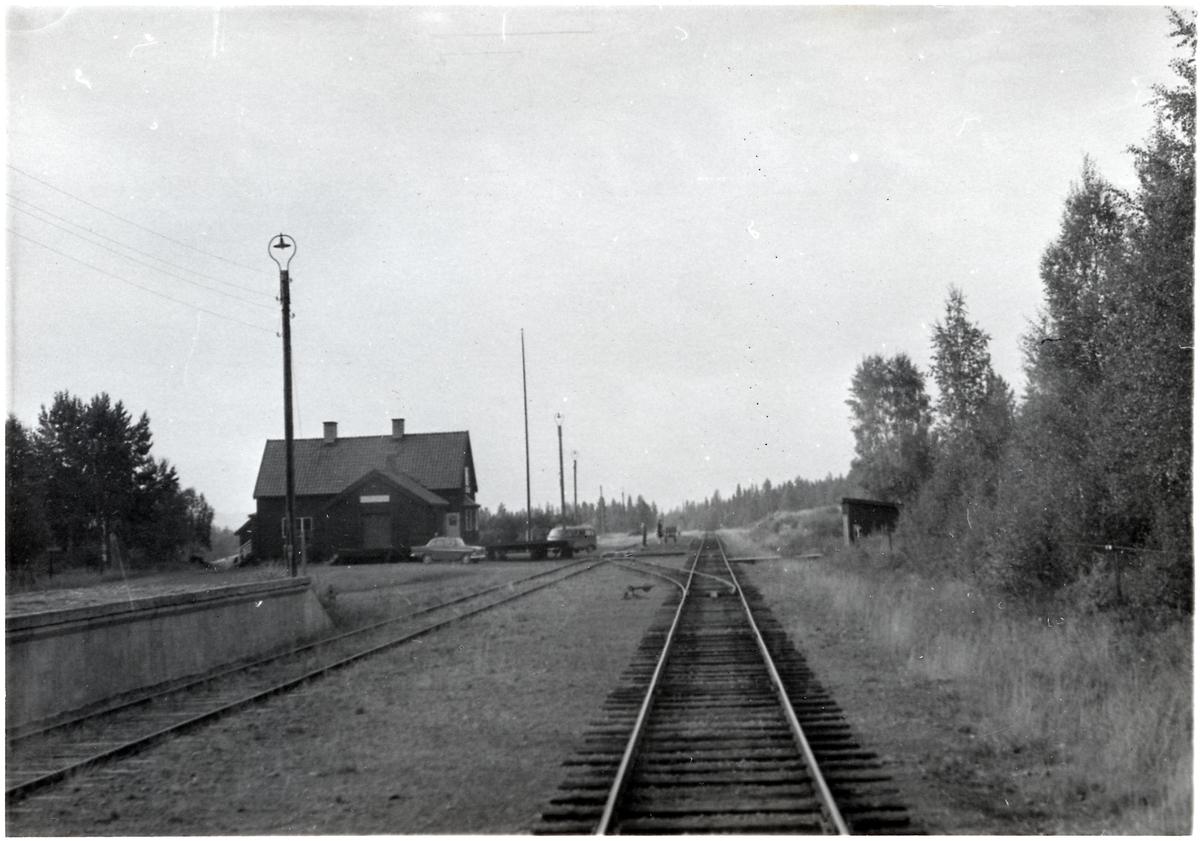 Vid Sörsjöns station.
