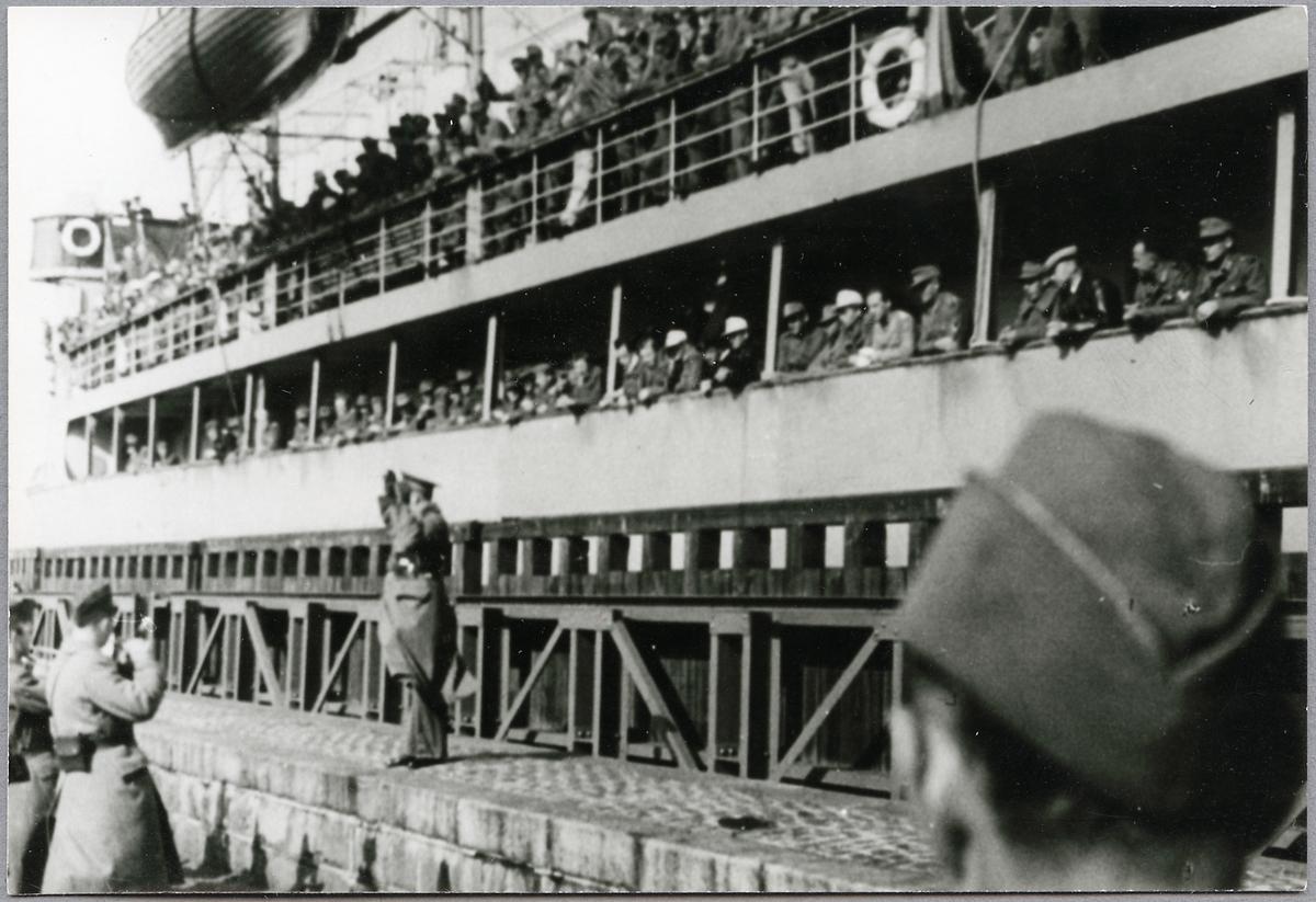 Militärorkester spelar för tyskar ombord på Deutschland under krigsfångeutväxlingen. På bilden befinner de sig i Trelleborg.