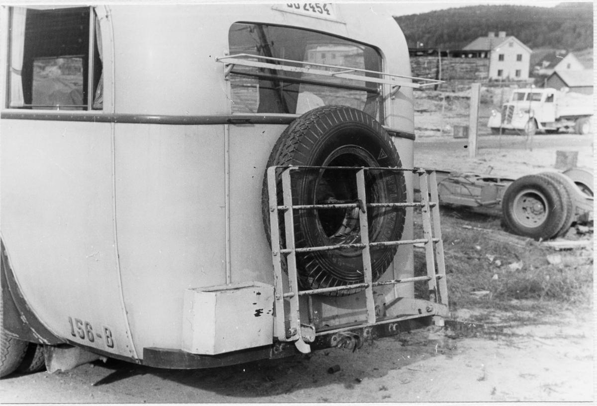 Statens Järnvägar, SJ buss 156-B sedd snett bakifrån med ett reservhjul.
