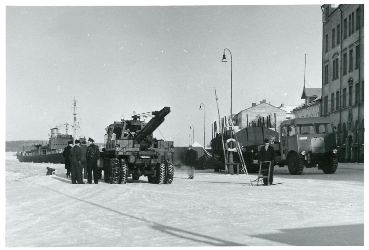 Hamnen i Härnösand. Isbrytaren Ymer byggd 1933. Katastrofvagn (mobil lyftkran) och Lastbil AEC Matador.