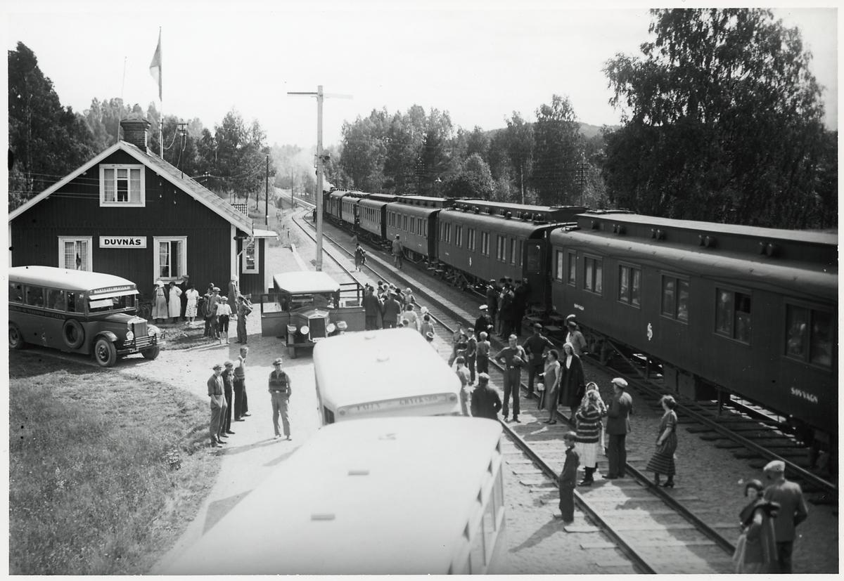 Resande på Duvnäs station.