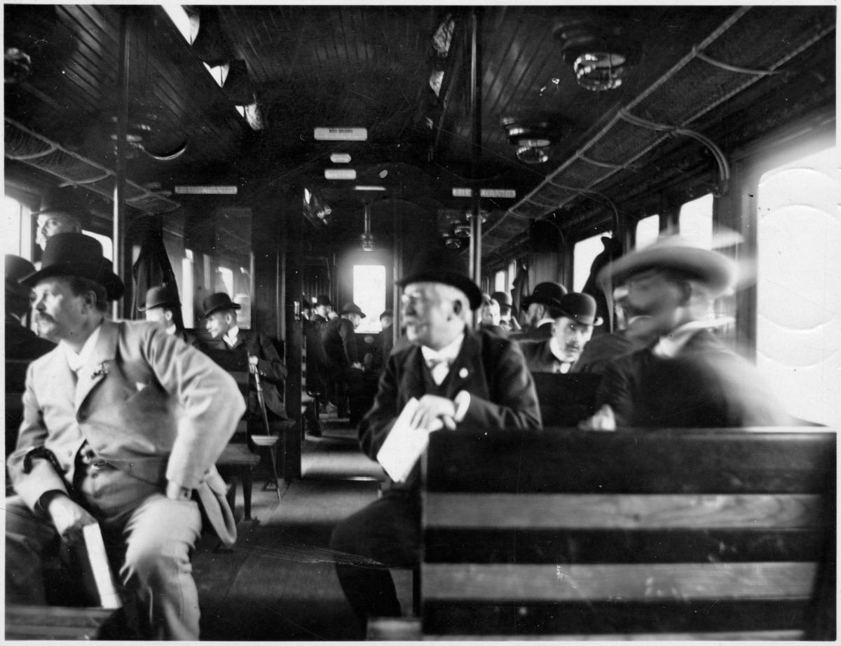 """Interiör personvagns Statens Järnvägar, SJ Co5, 1901-års modell. Statsbanornas tjänstemannaförenings tågresa till ångfartyg """"Gustaf Adolf"""". Sedan fortsätter utflykten med ångare till Nynäshamn."""
