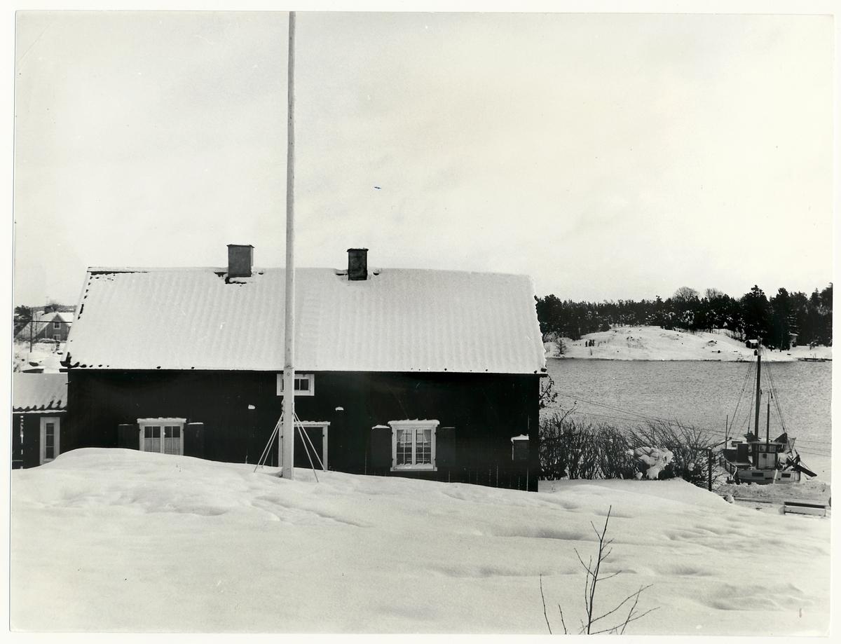 Sjömanskrog och båt i Oxelösund.