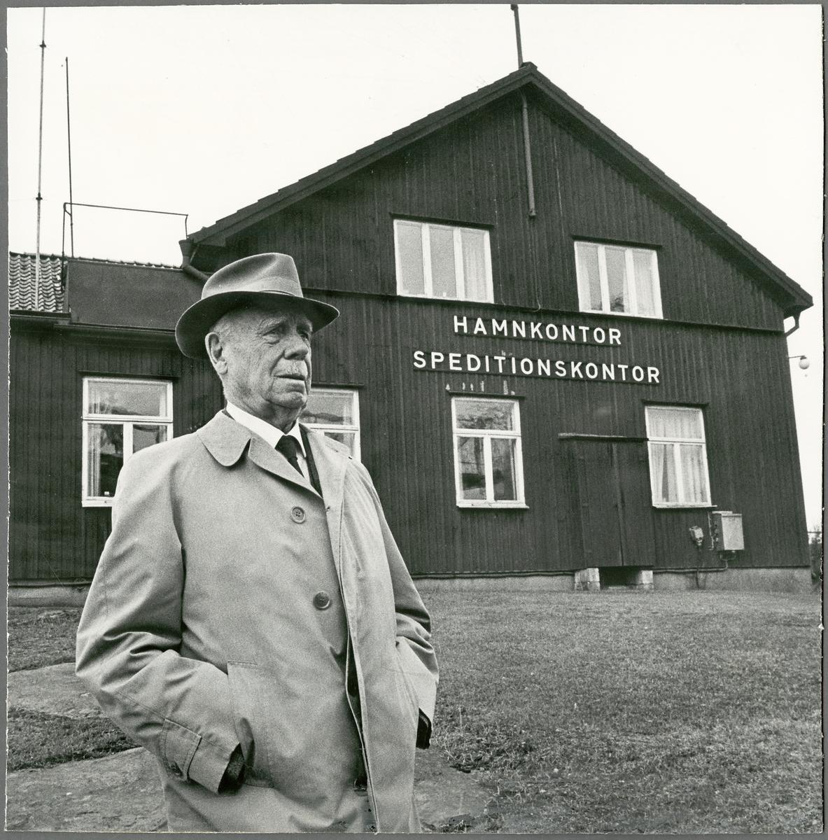 Överinspektör för trafiktjänsten, Öit Hedin utanför hamnkontoret och speditionskontoret.