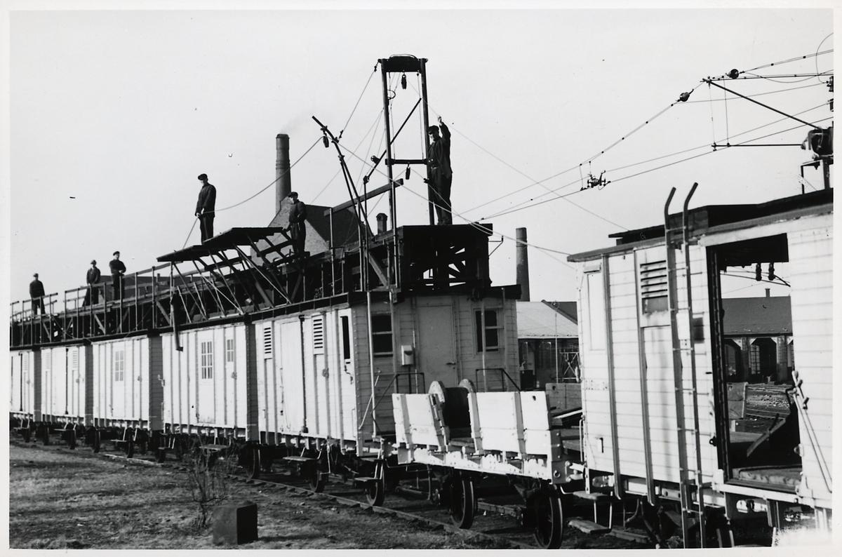 Elektrifieringsarbete från ett montagetåg.